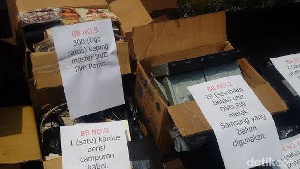 CD dan DVD Porno Masih Banyak Beredar di Pasar Gelap Tamansari