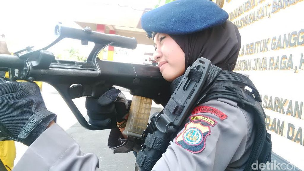 Penilaian Atasan soal Kemampuan Menembak dan Hijab Brimob Cantik Bripda Adri