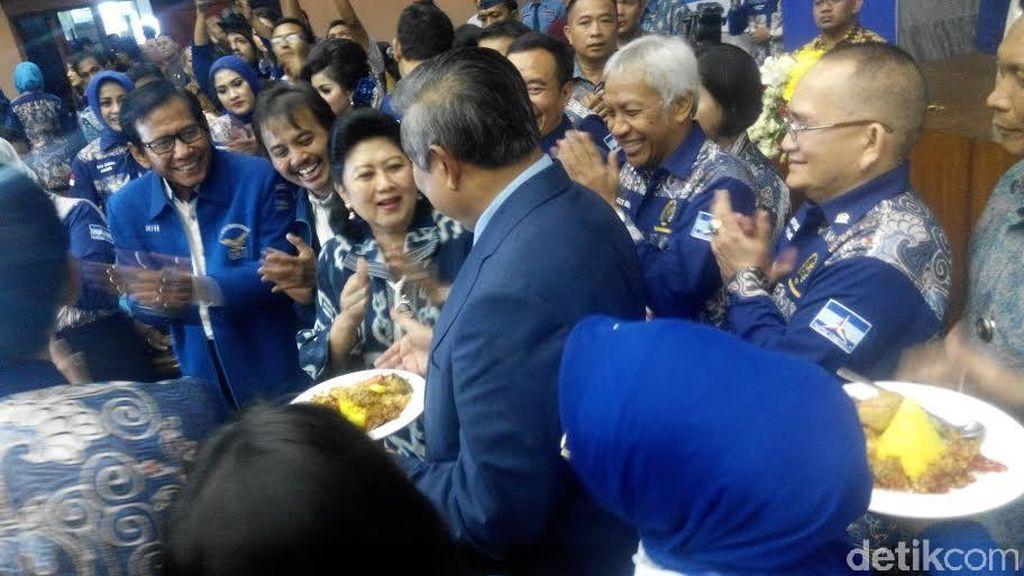 Ultah ke-14 PD, SBY Berikan Potongan Tumpeng Pertama ke Hinca Panjaitan