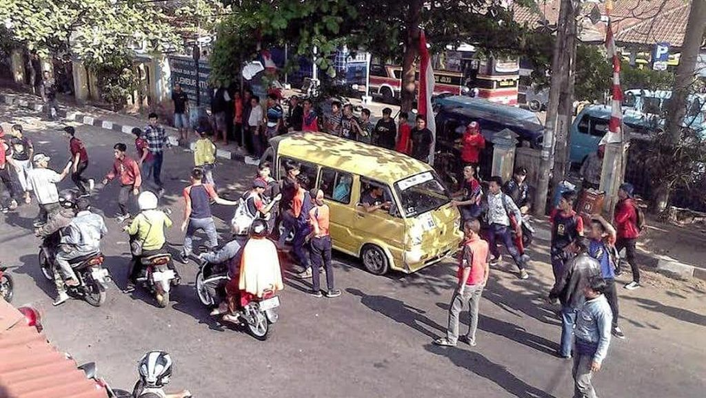 Ingat Jangan Dicontoh! Penampakan Tawuran Pelajar di Sukabumi, 1 Orang Terluka