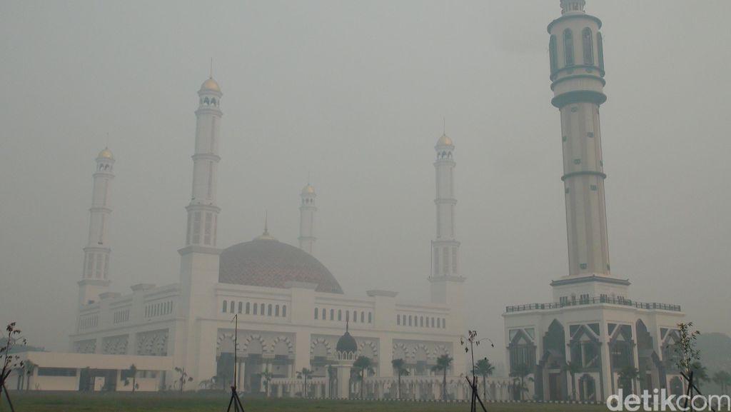 Masjid Raya Pontianak Ditelan Asap Pekat, Udara di Level Berbahaya