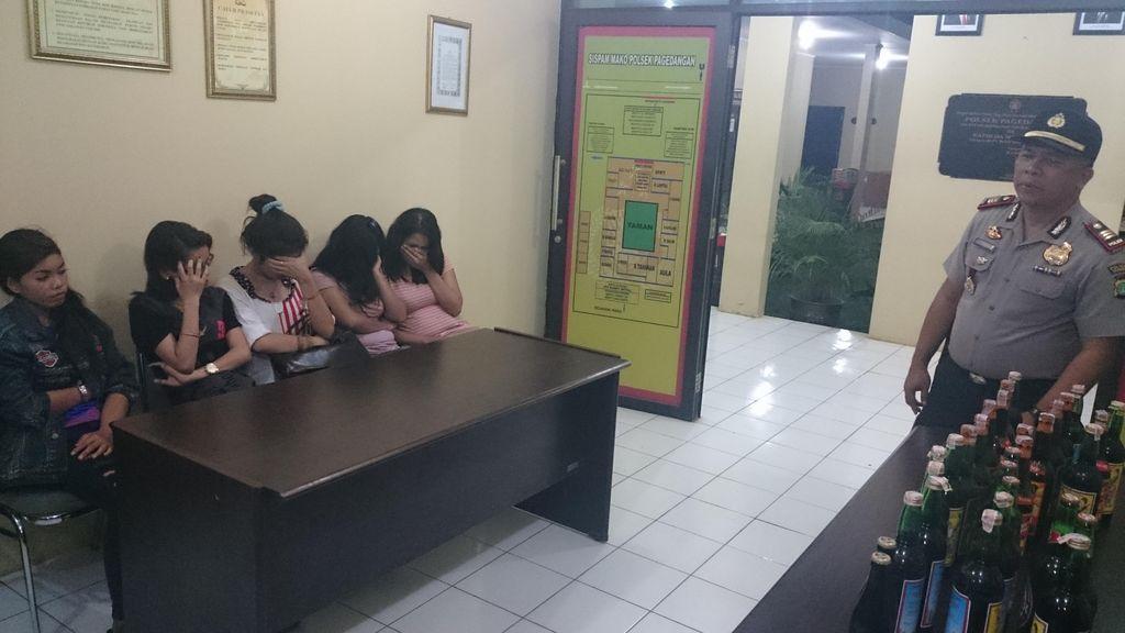 Razia Warung Remang-remang di Tangerang, Botol Miras dan Pasangan Mesum Diamankan