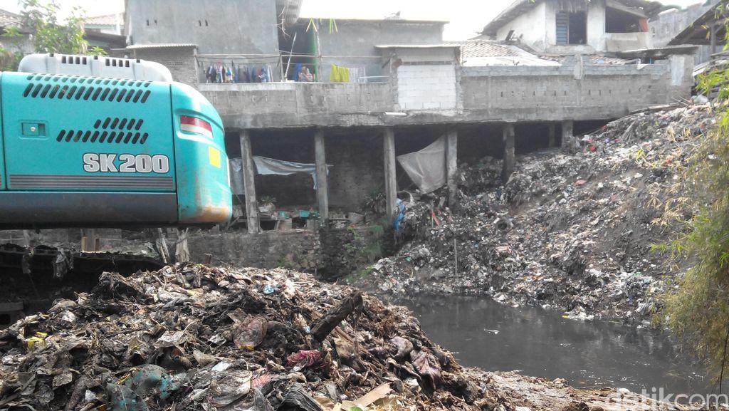 Ngeri! Sampah 10 Meter di Sungai Cipinang Ini Menumpuk Sejak 30 Tahun Lalu