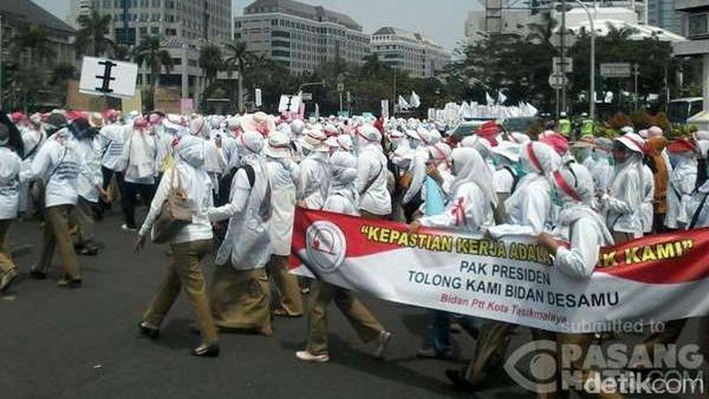 Seribuan Bidan Demo, Lalin dari Patung Kuda Menuju Istana Tersendat