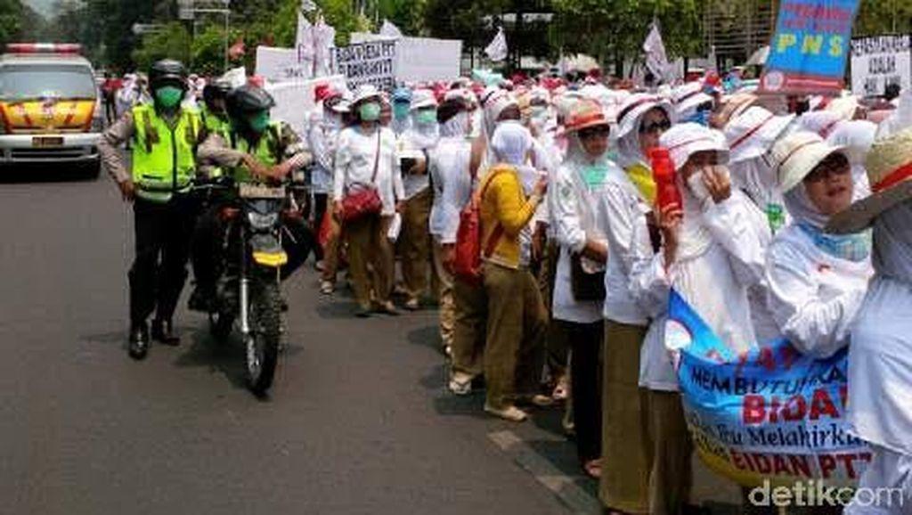 Tak Kunjung Jadi PNS, Ratusan Bidan Demo di Depan Istana
