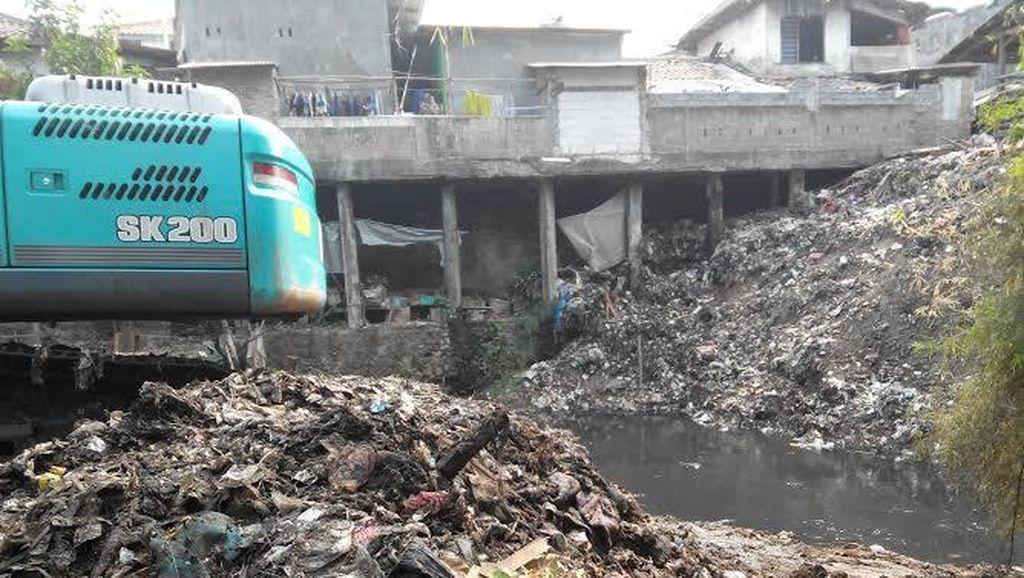 Sampah 10 Meter di Sungai Cipinang: Limbah Pabrik Hingga Jadi Pakan Kambing
