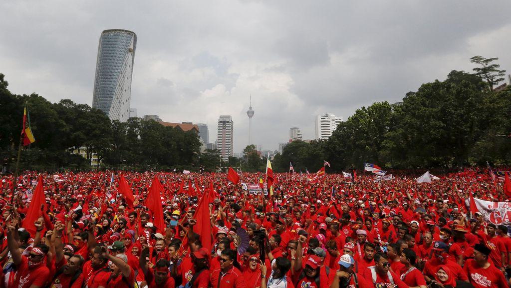 Dukung Pemerintah, Ribuan Demonstran Kaus Merah Banjiri Kuala Lumpur
