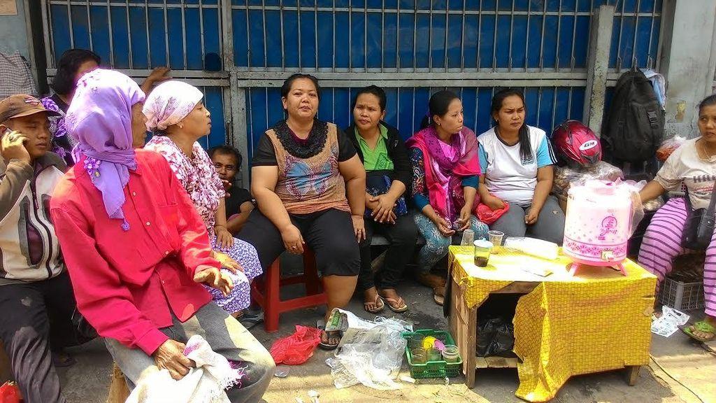 Tatapan Sedih Pedagang Pasar Karang Anyar Saat Kios Digusur Satpol PP DKI