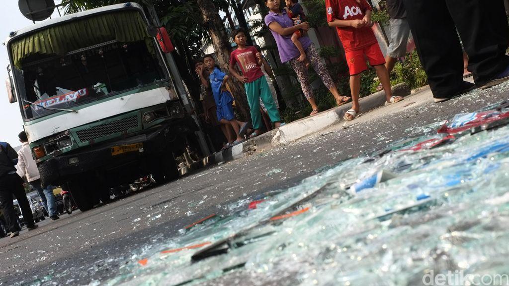 Kopaja Tabrak Penyeberang Jalan di Warung Buncit