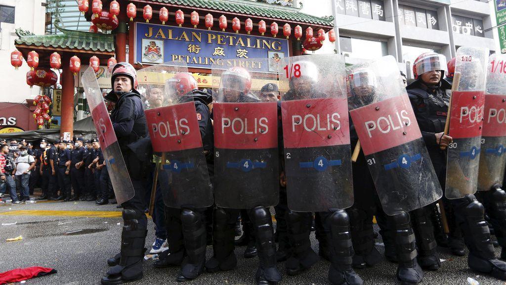 Sempat Bentrok, Massa Kaus Merah Akhirnya Membubarkan Diri