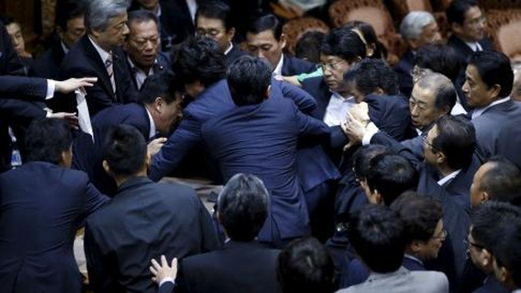 Sidang Ricuh, Anggota Parlemen Jepang Saling Dorong