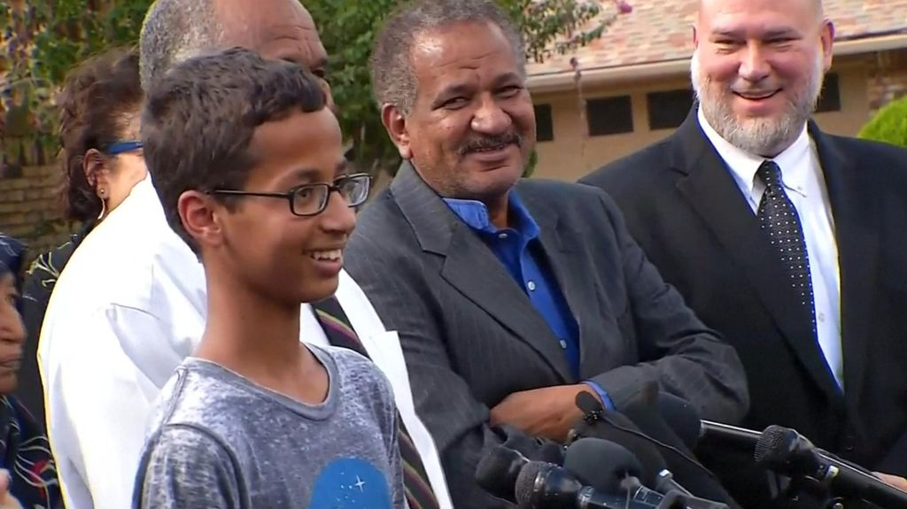 Dunia Memeluk Ahmed, Remaja Pintar yang Disangka Membuat Bom