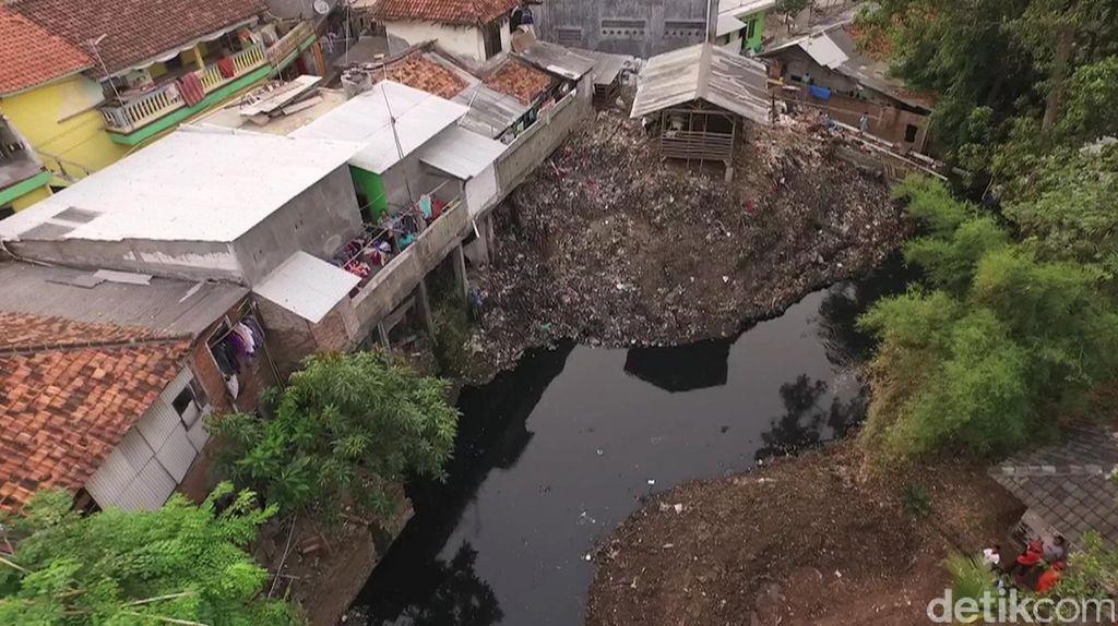 Penampakan Sampah Menahun di Kali Cipinang dari Udara
