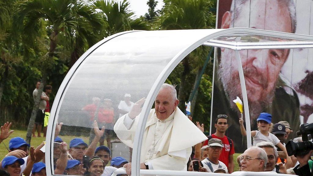 Bertemu di Kuba, Paus Fransiskus dan Fidel Castro Bertukar Buku