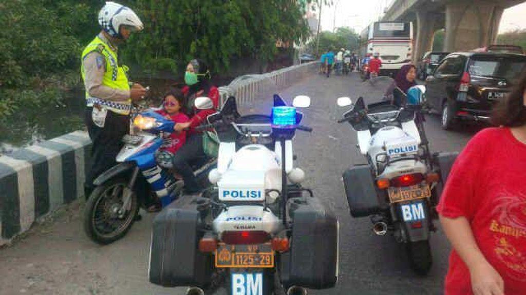 Polisi Tilang Pengendara Motor yang Lawan Arus di Mambo Jakut