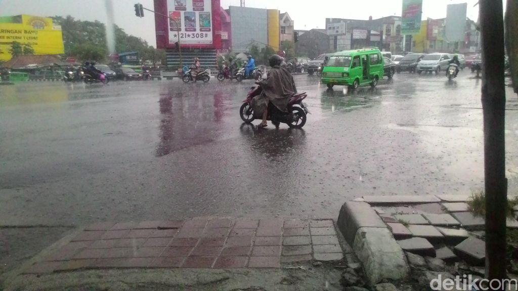 Sempat Diwarnai Hujan Es, Begini Penampakan Derasnya Hujan di Bogor