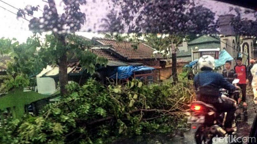 Hujan dan Angin di Cianjur, 4 Santri Luka Berat Tertimpa Atap
