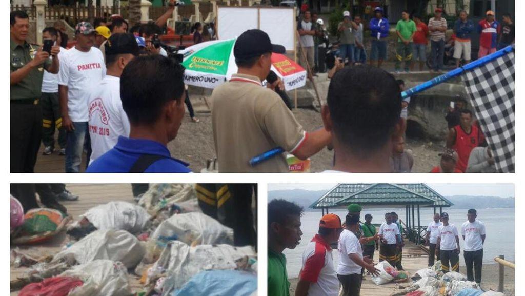 Saat Prajurit TNI dan Warga Bahu Membahu Bersihkan Laut di Ambon