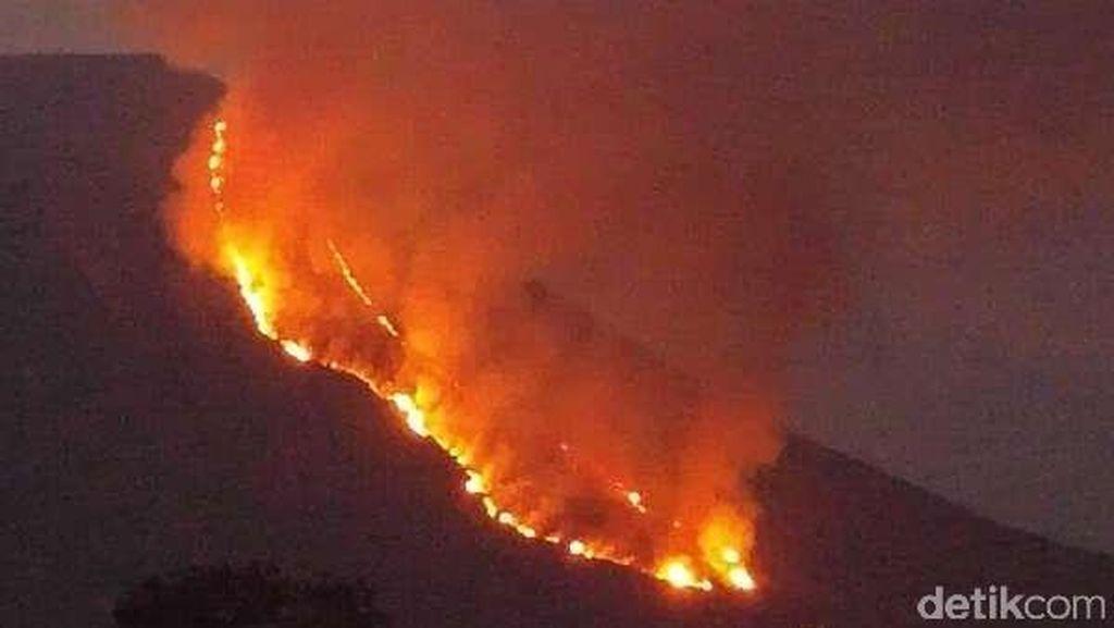 Begini Penampakan Dahsyatnya Api yang Membakar Gunung Lokon