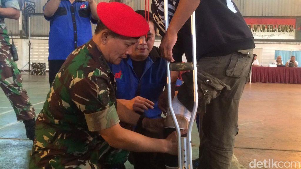 HUT TNI ke-70, Kopassus Bagikan Kaki Palsu ke Penyandang Disabilitas