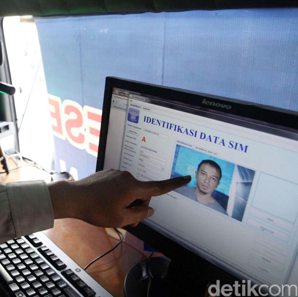 Kebut Distribusi 10 Ribu Kartu, Polrestabes Bandung Antar SIM ke Rumah Warga