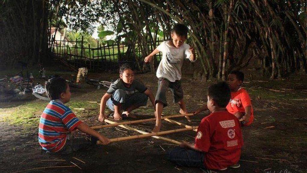 Ketika Purnama Datang, Saatnya Anak-anak Menikmati Mainan Tradisional