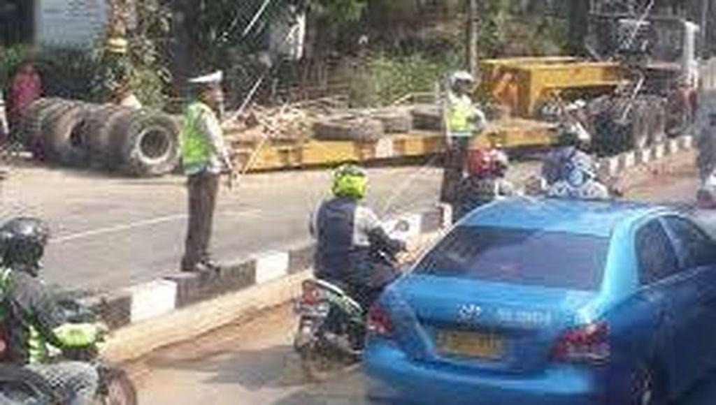 Truk Trailer Melintang di Jl Sudirman, Jalur Busway Terkena Imbas Macet