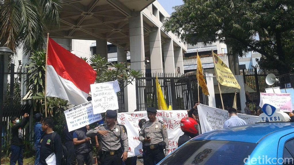 Buruh Demo di Depan Kedubes Malaysia, Kuningan ke Menteng Tersendat