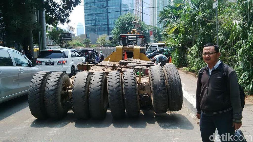 Truk Pengangkut Ekskavator Dievakuasi, Macet di Jalan Sudirman Mulai Terurai