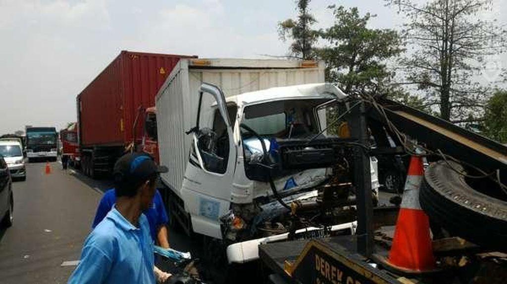Kecelakaan Beruntun 4 Truk di Tol Cikampek, Lalin Sempat Macet 4 KM