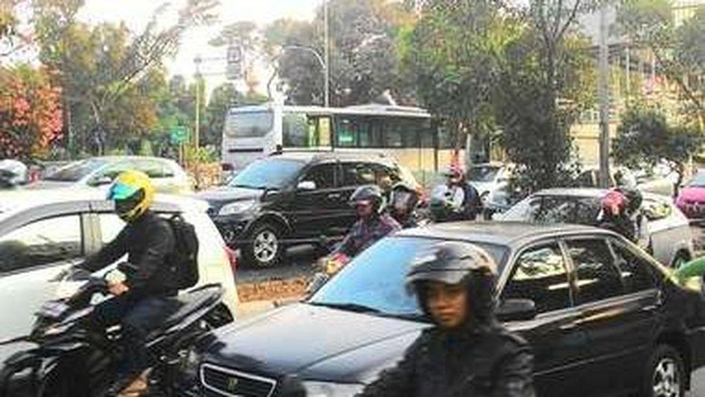Bus Berasap di Jl Pramuka, TransJ Berikan Denda dan Larang Unit Beroperasi