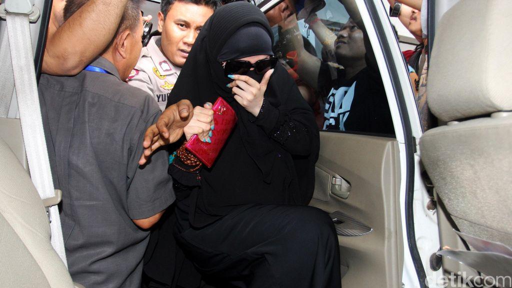 Pengacara Muncikari Sebut Amel Alvi Tak Dipaksa untuk Melayani Tamu