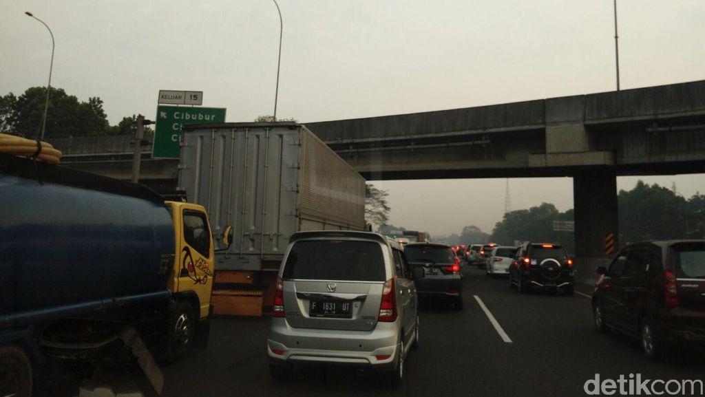 Ada Truk Pecah Ban di KM 11, Tol Jagorawi Arah Jakarta Padat Merayap