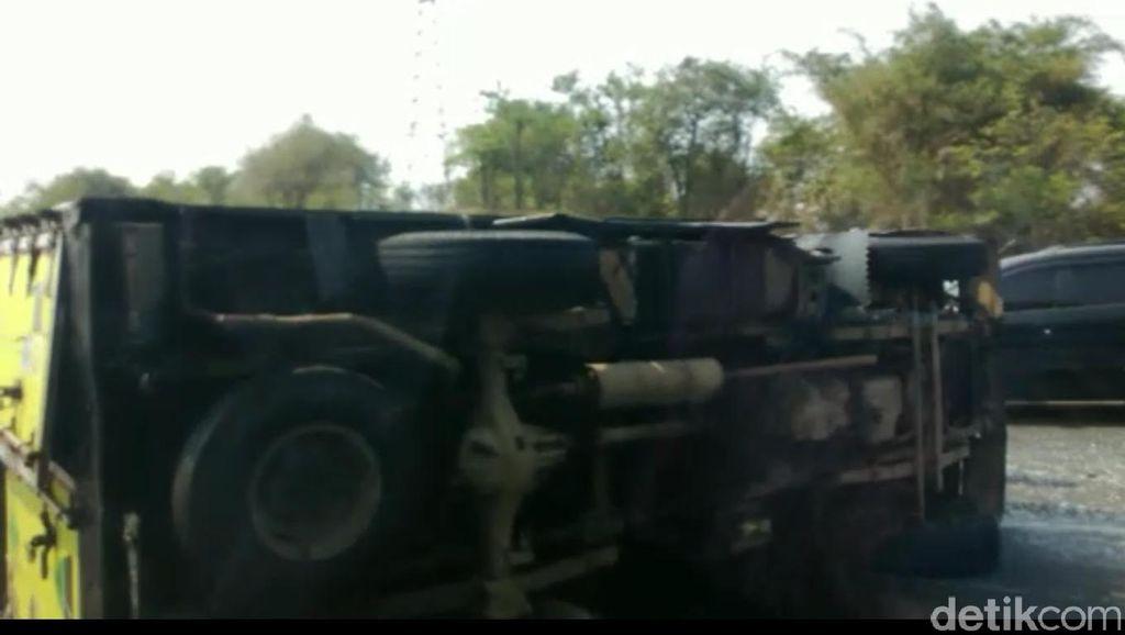 Mobil Boks Terbalik di Km 48 Tol Cipularang, Arah Bandung Macet