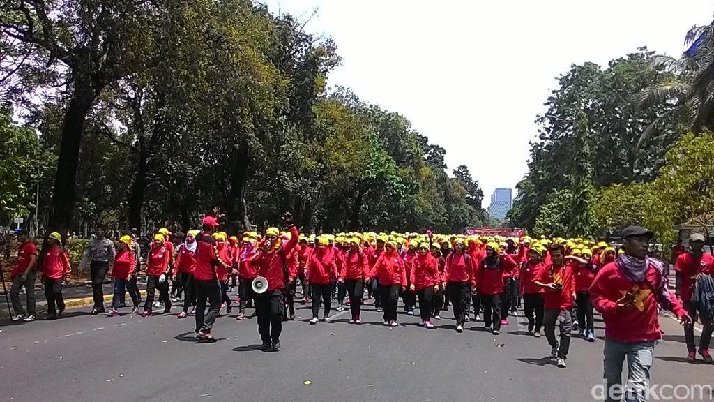 Lepaskan Petasan, Polisi Bubarkan Buruh yang Demo di Depan Patung Kuda