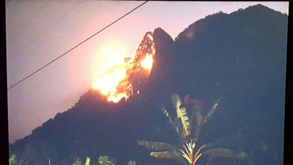 Kobaran Api di Puncak Gunung Parang Purwakarta Membesar dan Merembet ke Bawah