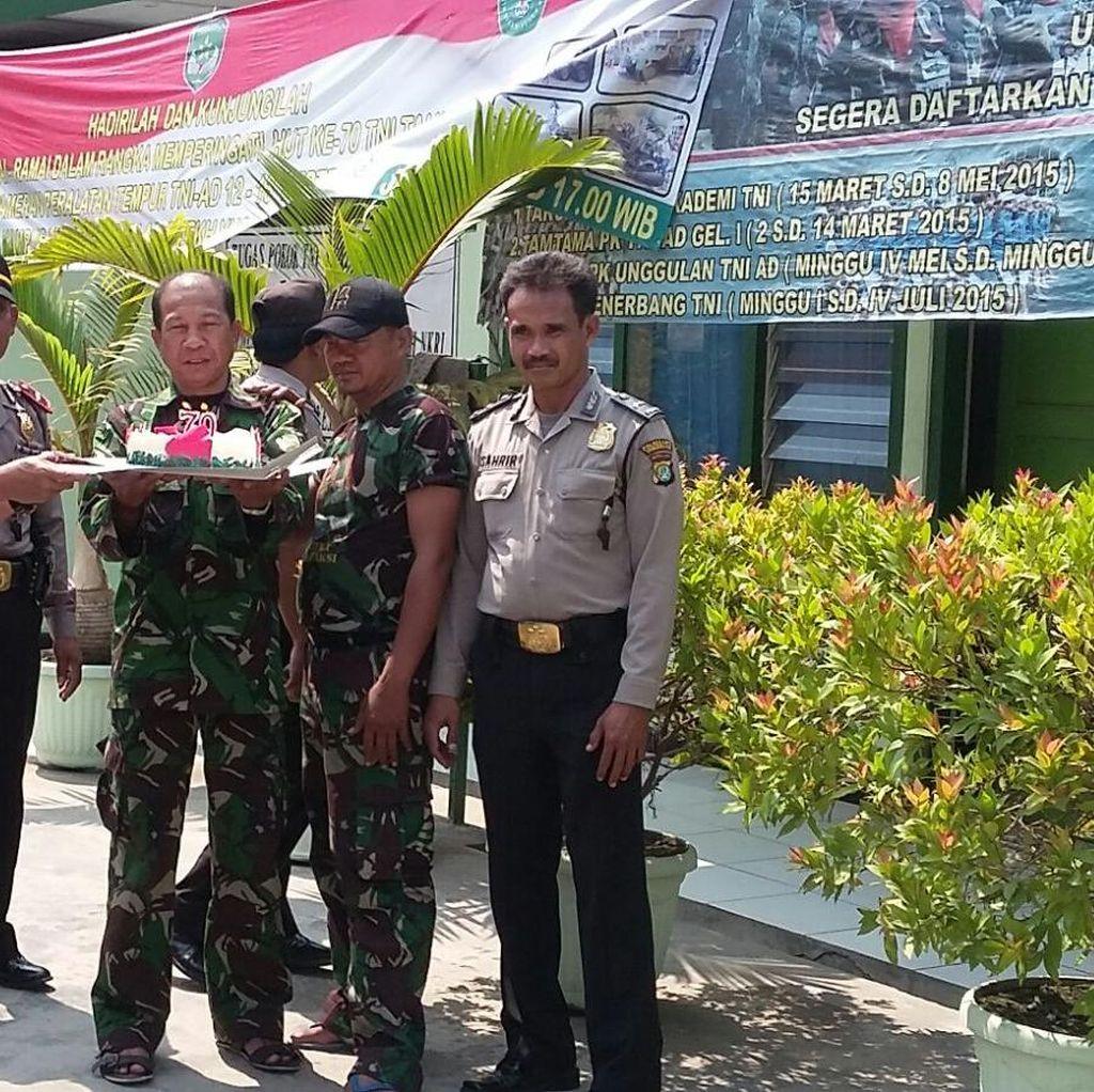 <i>Surprise</i>! Polisi Beri Kejutan ke TNI di Hari Jadi ke-70