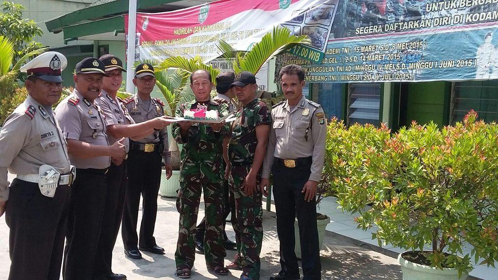 Surprise! Polisi Beri Kejutan ke TNI di Hari Jadi ke-70