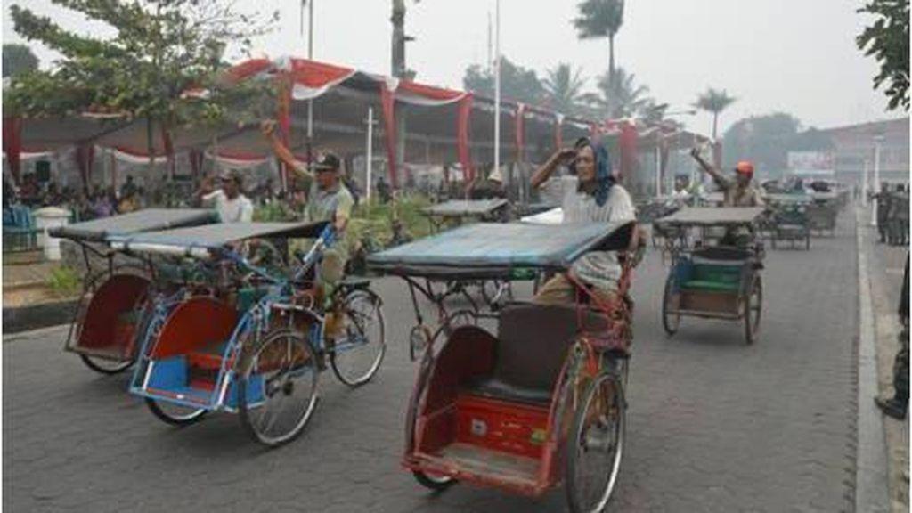 Semangat Abang Becak Palembang Ikuti Parade Militer di Tengah Kabut Asap
