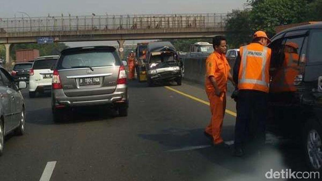 Innova dan Carry Terlibat Kecelakaan di Tol Cikampek Arah Jakarta
