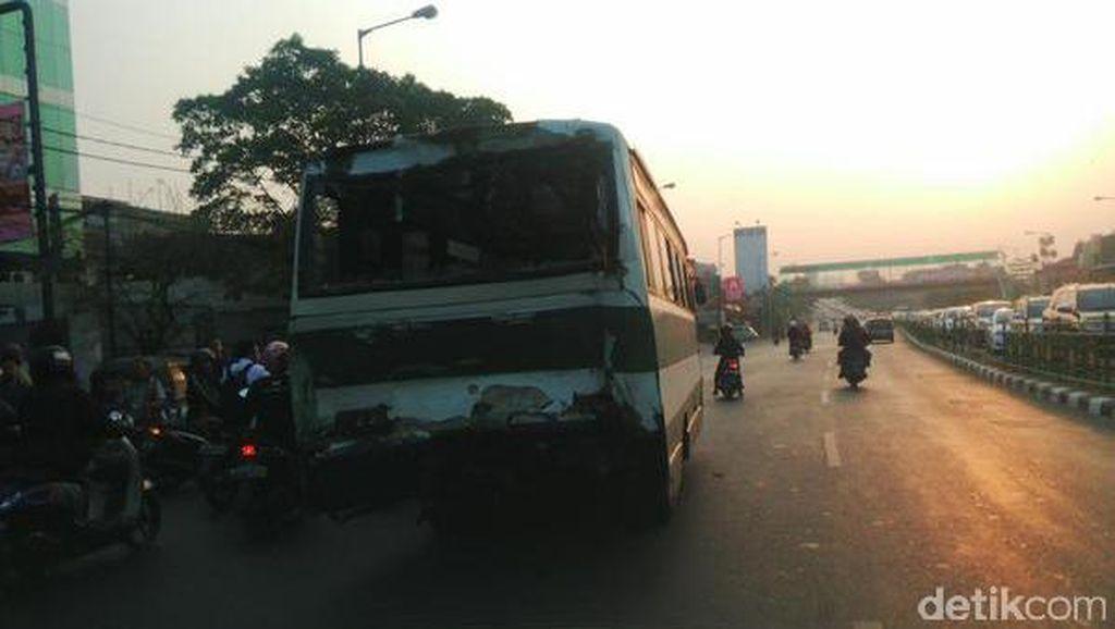 Dua Bus dan Motor Terlibat Kecelakaan di Tebet