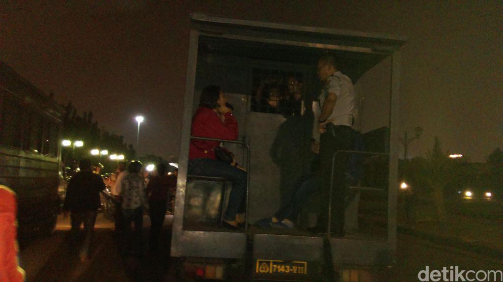 Polisi Amankan Puluhan Warga dan Aktivis yang Demo di Depan Istana