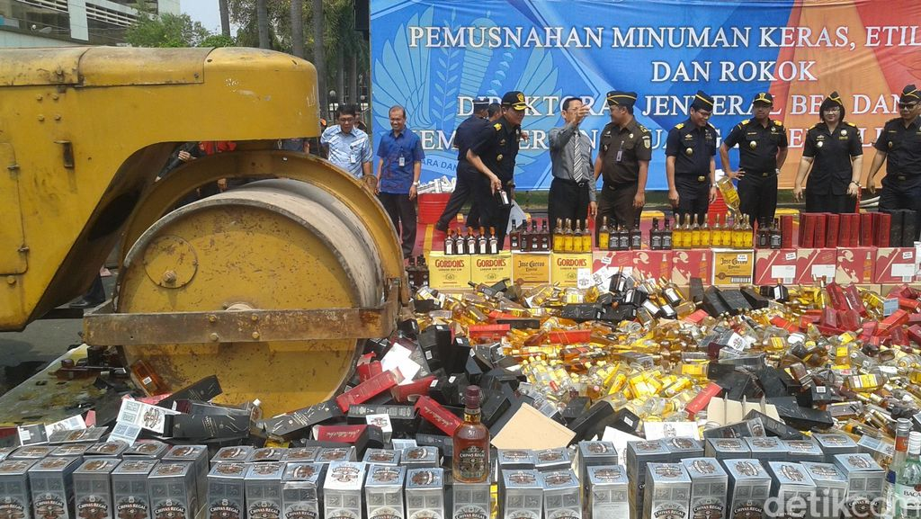 Bea Cukai Hancurkan Botol Miras dan Batang Rokok Senilai Total Rp 5 M