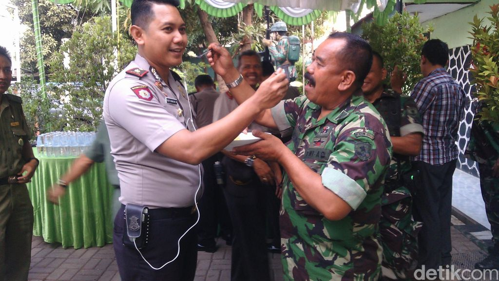 So Sweet! Polisi Suapin TNI Nasi Tumpeng di Bekasi