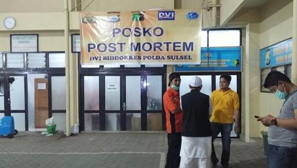 2 Jenazah Korban Aviastar Dibawa Pulang Keluarganya dari RS Bhayangkara