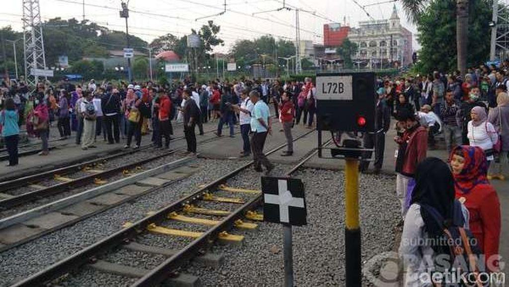 Kereta Cilebut-Bogor Alami Gangguan, Penumpang di Stasiun Bogor Membludak