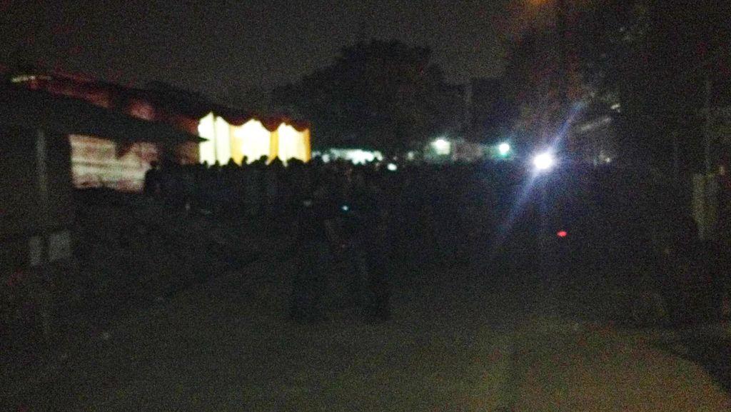 Polisi Sterilkan Markas Boel Tacos, Warga Kp Rawa Lele Penuhi Lokasi