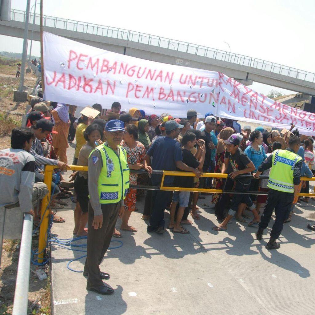 Ratusan Warga Tuntut Perbaikan Over Pass di Tol Kertosono-Mojokerto