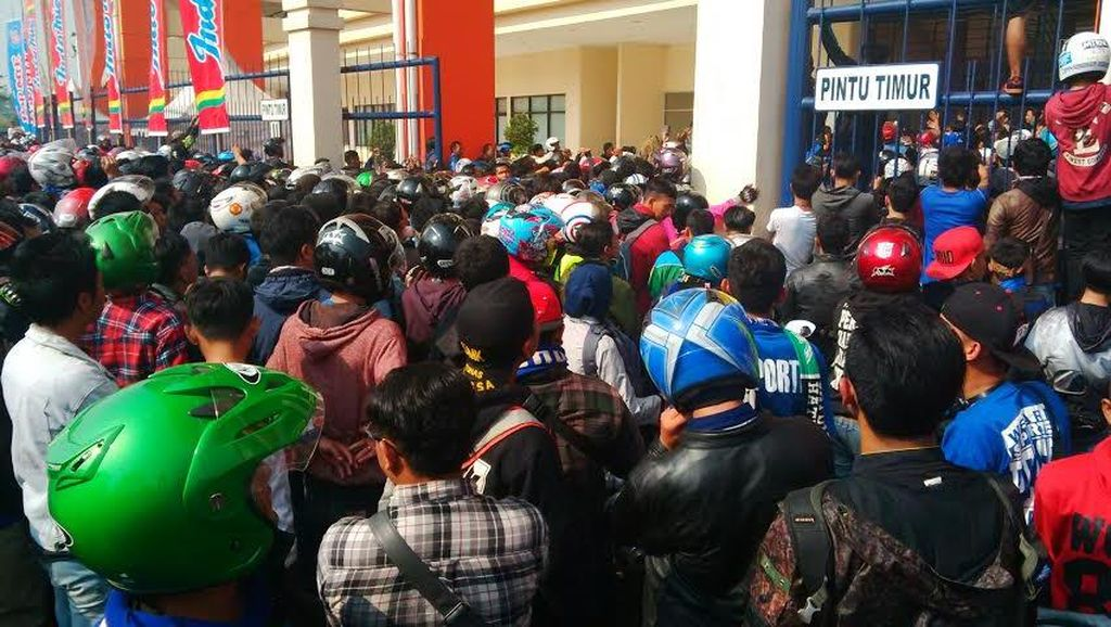 Penampakan Ribuan Bobotoh Persib Berdesakan Beli Tiket, Polisi Teriak Tertib