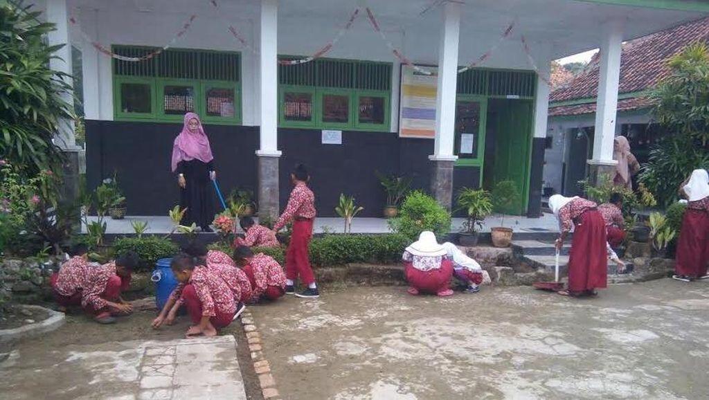 Pelajar dan PNS di Purwakarta Wajib Bersihkan Halaman Serta Toilet Setiap Pagi